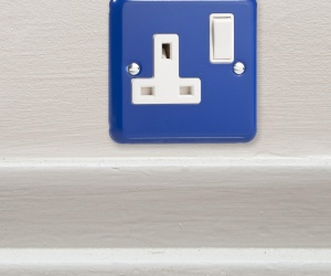 **ONLY ONE LEFT IN STOCK** British Made Single Plug Switch Socket Decorative Royal Blue Metal Retro Plug Socket CQ XY4W.RB Perfect For a Pirate Themed Bedroom