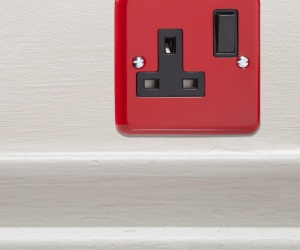 British Made Single Plug Switch Socket Decorative Pillar Box Red Metal Retro Plug Socket (*ONE ONLY - PLEASE NOTE ONLY 1 IN STOCK*) CQ XY4B.PR